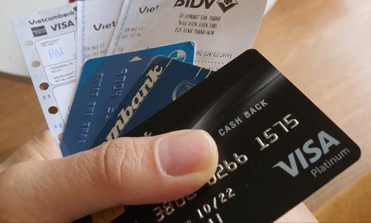 Chi tiêu qua thẻ tín dụng giảm tới 80%, ngân hàng muốn Visa, MasterCard miễn giảm phí - Ảnh 1.