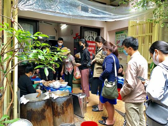 Món ngon phố cổ Hà Nội mở cửa sau cách ly - Ảnh 2.