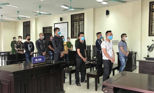 Tạm hoãn phiên tòa xét xử con nuôi Đường Nhuệ và đồng bọn đánh gãy chân nam thanh niên - Ảnh 1.