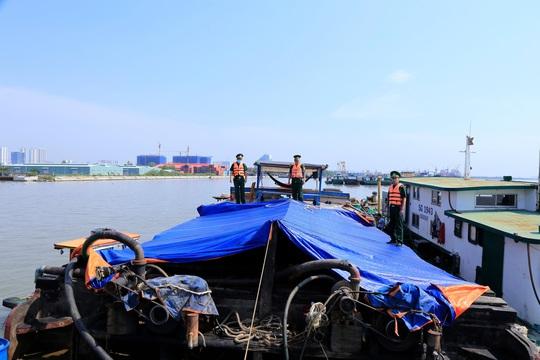 Giữ phương tiện vận chuyển dầu thô không rõ nguồn gốc vào TP HCM - Ảnh 1.