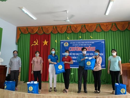 Tặng 50 bồn chứa nước cho người nghèo ở Bến Tre, Tiền Giang - Ảnh 3.