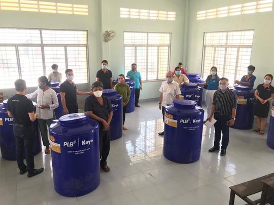 Tặng 50 bồn chứa nước cho người nghèo ở Bến Tre, Tiền Giang - Ảnh 2.