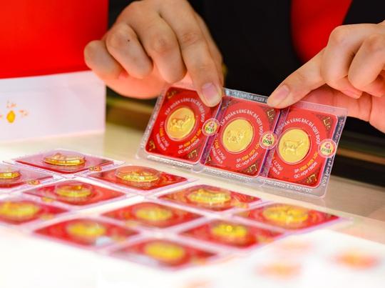 Liên tục vượt đỉnh, giá vàng vượt mốc 50 triệu đồng/lượng - Ảnh 1.