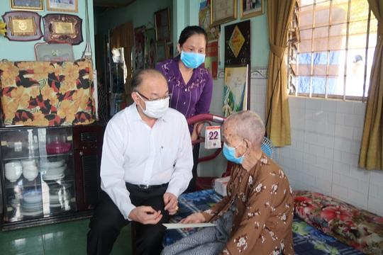 Trung tướng Lê Đông Phong ân cần thăm hỏi mẹ Võ Thị Năm - Ảnh 2.