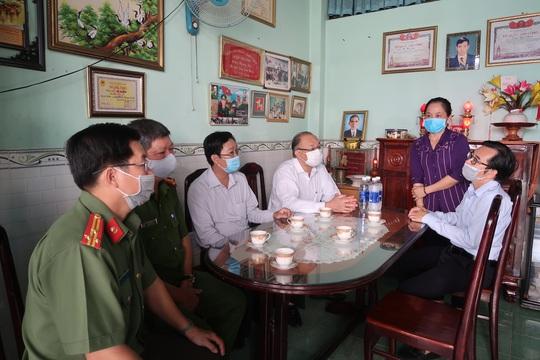 Trung tướng Lê Đông Phong ân cần thăm hỏi mẹ Võ Thị Năm - Ảnh 3.