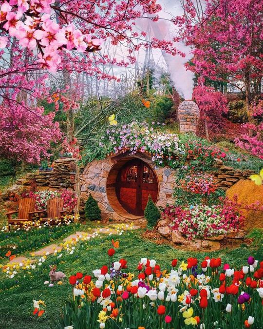 Ngôi nhà người lùn ảo như vườn cổ tích khác xa ảnh mạng - Ảnh 1.