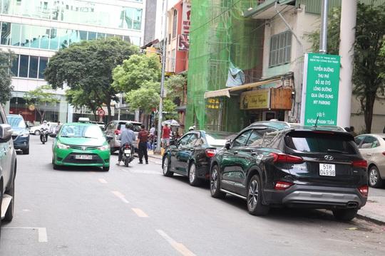 Người dân bị đe dọa, cưỡng đoạt tiền tại bãi đỗ thu phí ô tô của TP HCM - Ảnh 1.