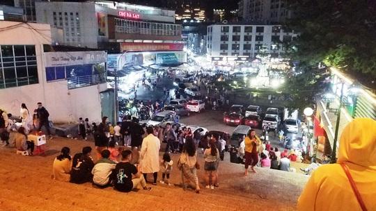 Du khách đổ xô về Đà Lạt nghỉ lễ 30-4 sau khi nới lỏng giãn cách xã hội - Ảnh 2.