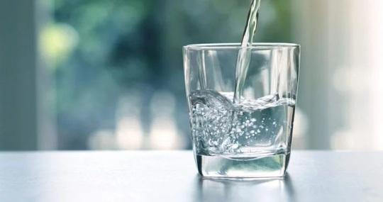 Nguyên nhân và cách đối phó với môi khô, môi nứt nẻ - Ảnh 1.