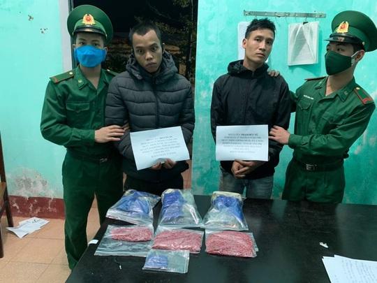 Bắt quả tang 2 thanh niên vận chuyển 5.000 viên ma túy - Ảnh 1.