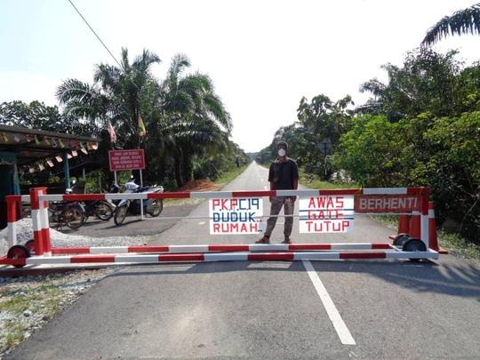 Malaysia: Dân bản địa chạy vào rừng trốn virus - Ảnh 1.