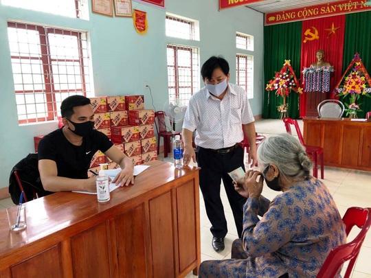 Xúc động hình ảnh cụ già 104 tuổi ở Quảng Bình ủng hộ 2 triệu đồng chống dịch Covid-19 - Ảnh 2.