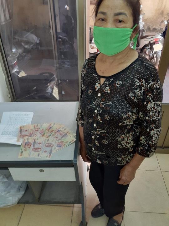 Cụ bà 103 tuổi nhờ con cháu đưa tới phường ủng hộ 1 triệu đồng để phòng chống dịch Covid-19 - Ảnh 2.