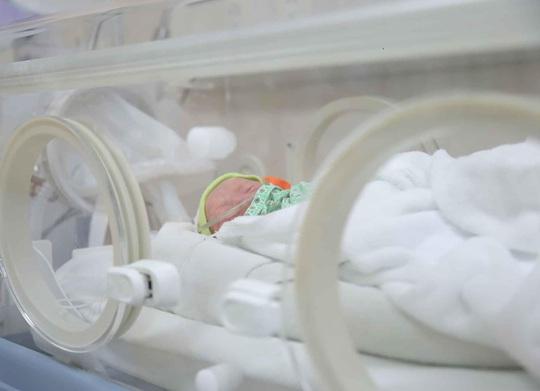 Sản phụ đang cách ly vì từng khám thai tại Bệnh viện Bạch Mai sinh 3 - Ảnh 1.