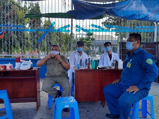 Người dân vui vẻ hợp tại các chốt kiểm soát dịch bệnh Covid-19 trên địa bàn TP HCM - Ảnh 7.