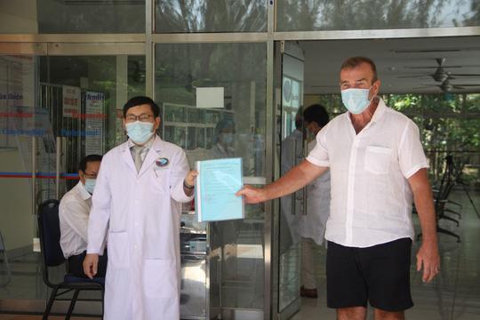 VIDEO: Bệnh nhân Covid-19 ở Quảng Nam xuất viện, cúi chào tặng hoa cho bác sĩ - Ảnh 2.
