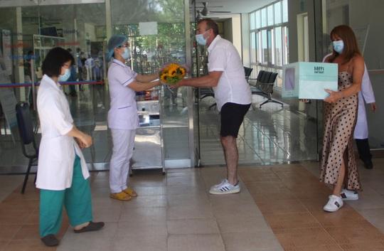 VIDEO: Bệnh nhân Covid-19 ở Quảng Nam xuất viện, cúi chào tặng hoa cho bác sĩ - Ảnh 3.
