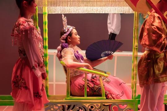Hoàng Thùy Linh làm hoàng hậu, khẳng định kẻ cắp thì gặp bà già - Ảnh 4.