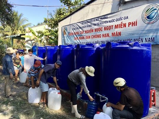 Bộ TN-MT lắp trạm cấp nước ngọt miễn phí cho hàng ngàn hộ dân Bến Tre - Ảnh 1.