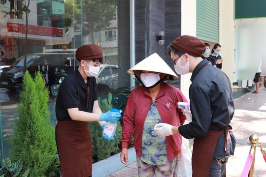 Đắk Lắk hỗ trợ hàng ngàn phần ăn cho người bán vé số - Ảnh 3.
