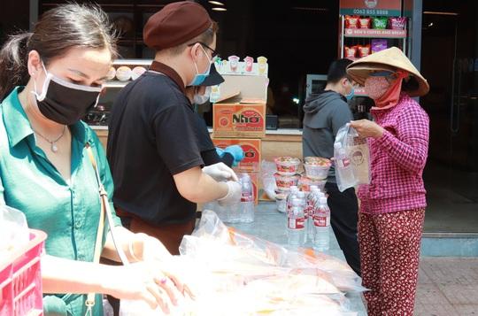 Đắk Lắk hỗ trợ hàng ngàn phần ăn cho người bán vé số - Ảnh 2.
