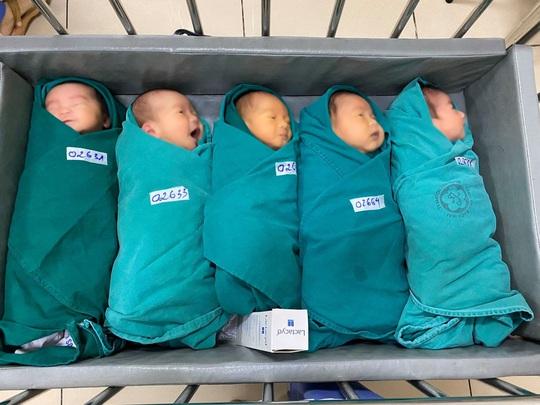 5 bé sơ sinh chào đời trong khu cách ly Bệnh viện Bạch Mai - Ảnh 1.