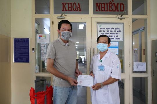 TP HCM: Bệnh nhân Covid-19 thứ 9 trong ngày ra viện, nghẹn lời cảm ơn bác sĩ - Ảnh 1.
