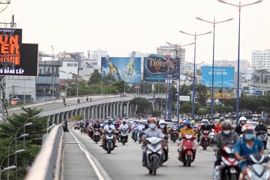 Cách ly xã hội: Đường phố TP HCM chỉ đông người giờ tan tầm - Ảnh 1.