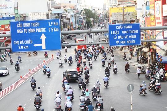 Cách ly xã hội: Đường phố TP HCM chỉ đông người giờ tan tầm - Ảnh 7.