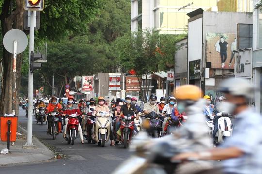 Cách ly xã hội: Đường phố TP HCM chỉ đông người giờ tan tầm - Ảnh 5.