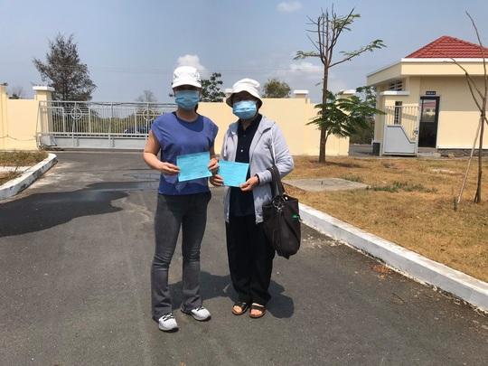 TP HCM: 2 phụ nữ khỏi bệnh Covid-19 được về nhà - Ảnh 1.