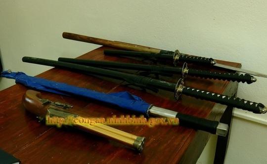 Bắt kẻ buôn bán ma túy nguy hiểm luôn thủ súng, nuôi chó dữ trong nhà - Ảnh 2.