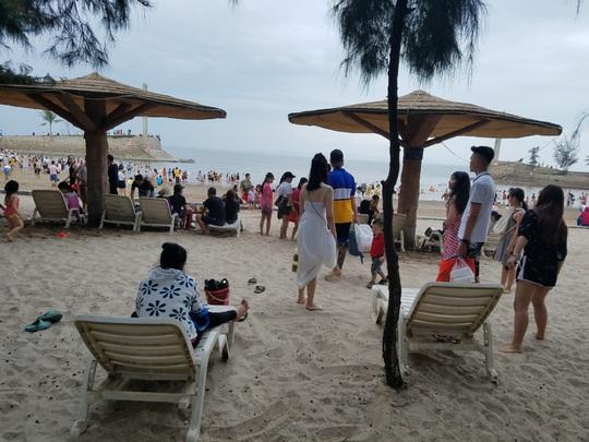 Hàng vạn du khách đổ về Đồ Sơn, Sầm Sơn trong 2 ngày đầu nghỉ lễ - Ảnh 8.