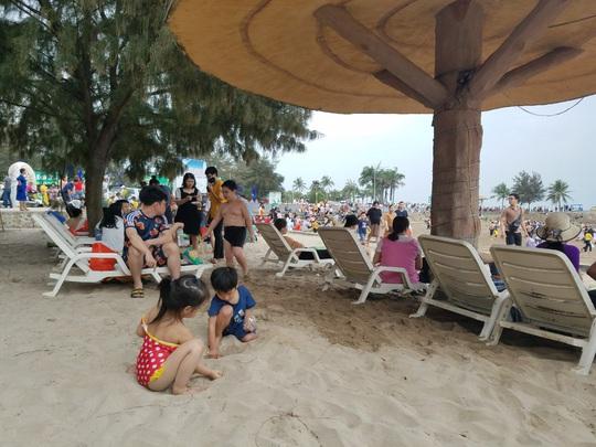 Hàng vạn du khách đổ về Đồ Sơn, Sầm Sơn trong 2 ngày đầu nghỉ lễ - Ảnh 5.