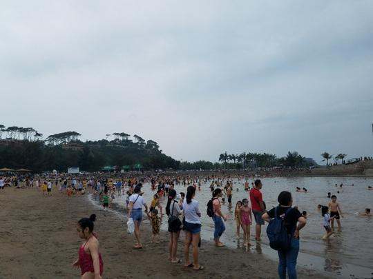 Hàng vạn du khách đổ về Đồ Sơn, Sầm Sơn trong 2 ngày đầu nghỉ lễ - Ảnh 2.