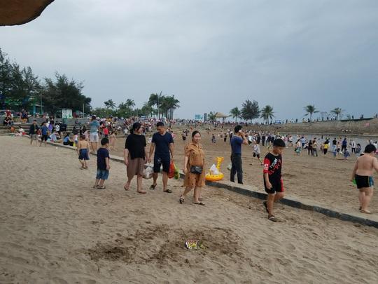 Hàng vạn du khách đổ về Đồ Sơn, Sầm Sơn trong 2 ngày đầu nghỉ lễ - Ảnh 4.