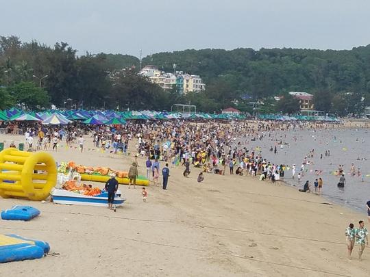 Hàng vạn du khách đổ về Đồ Sơn, Sầm Sơn trong 2 ngày đầu nghỉ lễ - Ảnh 1.