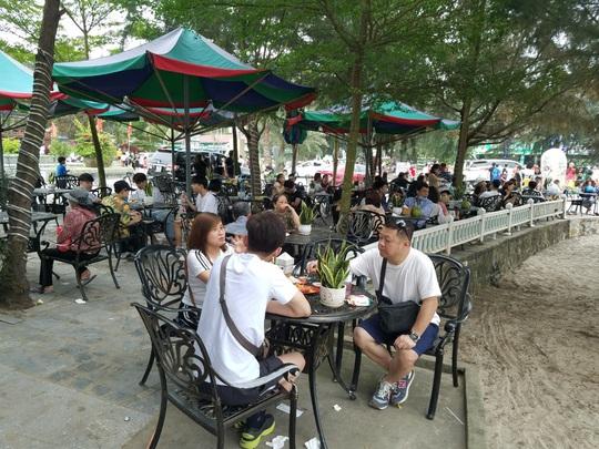 Hàng vạn du khách đổ về Đồ Sơn, Sầm Sơn trong 2 ngày đầu nghỉ lễ - Ảnh 7.