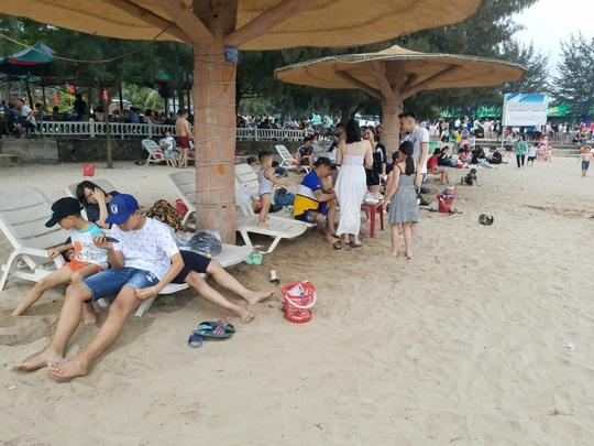 Hàng vạn du khách đổ về Đồ Sơn, Sầm Sơn trong 2 ngày đầu nghỉ lễ - Ảnh 6.