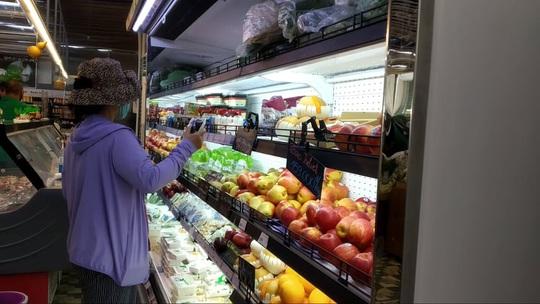 Chợ, siêu thị ở TP HCM đông vui trong 2 ngày nghỉ lễ nhờ giảm giá - Ảnh 7.