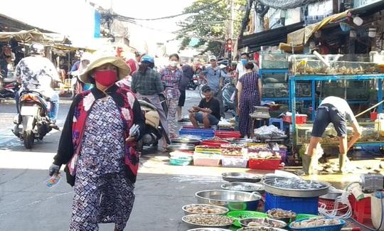 Chợ, siêu thị ở TP HCM đông vui trong 2 ngày nghỉ lễ nhờ giảm giá - Ảnh 6.
