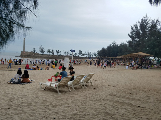 Hàng vạn du khách đổ về Đồ Sơn, Sầm Sơn trong 2 ngày đầu nghỉ lễ - Ảnh 3.