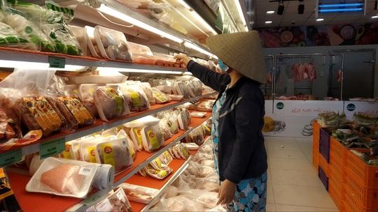 Chợ, siêu thị ở TP HCM đông vui trong 2 ngày nghỉ lễ nhờ giảm giá - Ảnh 2.