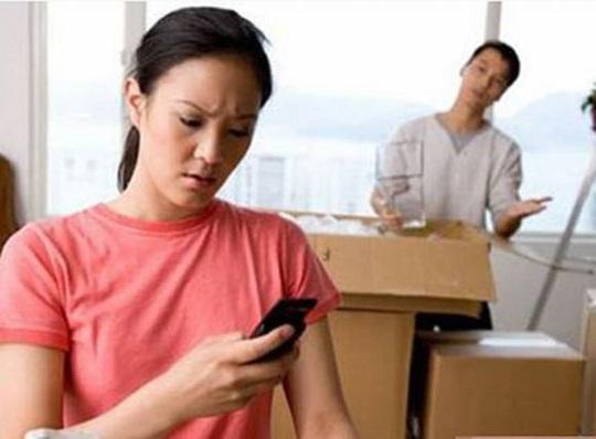 Vợ có nên theo dõi và đọc trộm tin nhắn của chồng? - Ảnh 1.