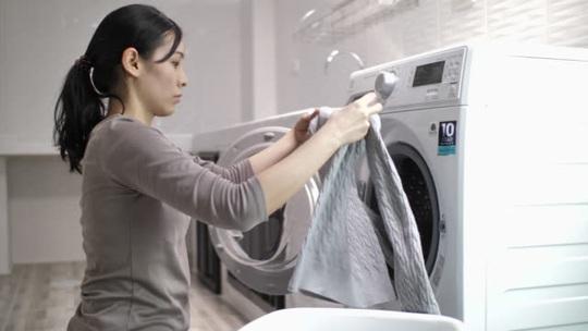 Con trai giặt đồ cho vợ, mẹ xót! - Ảnh 2.