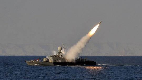 Chạy không kịp, tàu Iran bị tên lửa của phe mình bắn chìm - Ảnh 2.