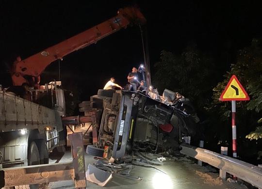 Tài xế và phụ xe chết kẹt trong cabin trong xe đầu kéo - Ảnh 1.