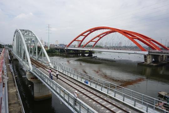 Những nhát búa đầu tiên tháo dỡ cầu trăm tuổi bắc qua sông Sài Gòn - Ảnh 8.