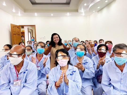 NSND Kim Cương vận động mổ mắt nhân đạo, tặng thùng đựng nước cho người nghèo - Ảnh 1.