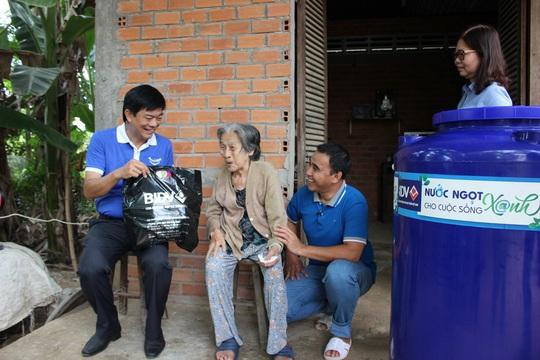 BIDV trao tặng 13.300 bồn chứa nước và 39 máy lọc nước ủng hộ người dân ĐBSCL - Ảnh 2.